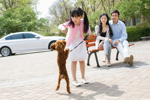 Happy young family with their pet dogの写真素材 [FYI02227525]