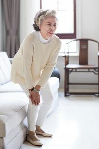 Senior woman holding her knee in painの写真素材 [FYI02227543]