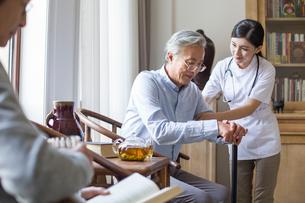 Nursing assistant taking care of senior manの写真素材 [FYI02227545]