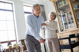 Senior woman taking care of husbandの写真素材 [FYI02227574]