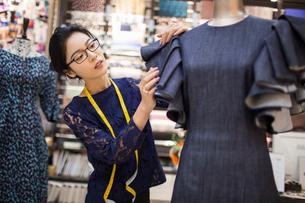 Confident Chinese fashion designer workingの写真素材 [FYI02227589]