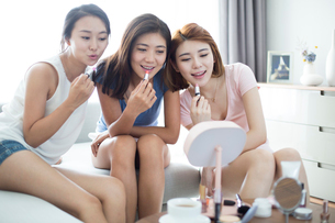 Best female friends applying make-up at homeの写真素材 [FYI02227617]