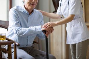 Nursing assistant taking care of senior manの写真素材 [FYI02227637]