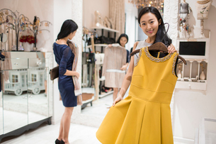 Best Chinese female friends shopping in clothing storeの写真素材 [FYI02227685]