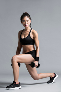 Young Chinese female athlete exercisingの写真素材 [FYI02227700]