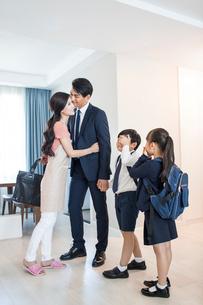Happy young familyの写真素材 [FYI02227708]