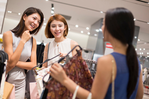 Best female friends shopping in clothing storeの写真素材 [FYI02227735]