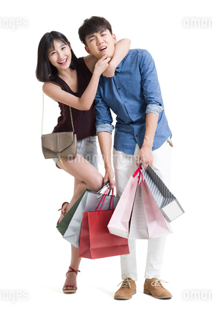 Young couple shoppingの写真素材 [FYI02227745]