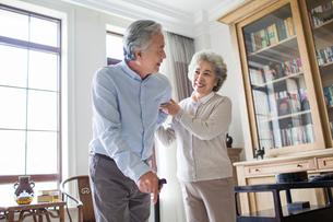 Senior woman taking care of husbandの写真素材 [FYI02227752]