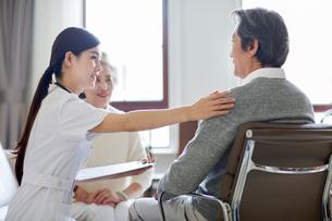 Nursing assistant taking care of senior manの写真素材 [FYI02227761]