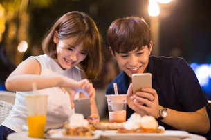 Happy young couple datingの写真素材 [FYI02227781]