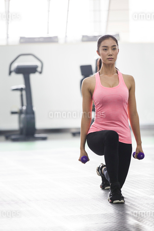 Young woman exercising at gymの写真素材 [FYI02227803]