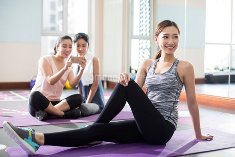 Young women resting at gymの写真素材 [FYI02227808]