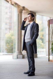 Confident Chinese businessman looking at viewの写真素材 [FYI02227810]