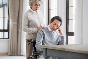 Senior woman taking care of husband in wheel chairの写真素材 [FYI02227827]