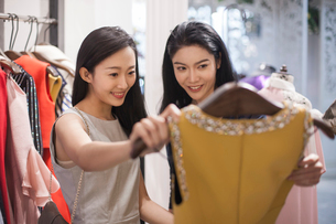 Best Chinese female friends shopping in clothing storeの写真素材 [FYI02227831]