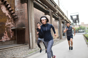Young Chinese friends jogging outdoorsの写真素材 [FYI02227837]