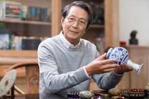 Senior man admiring antiquesの写真素材 [FYI02227846]