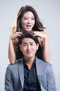 Humorous young coupleの写真素材 [FYI02227858]