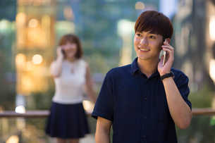 Happy young man talking on cell phoneの写真素材 [FYI02227866]