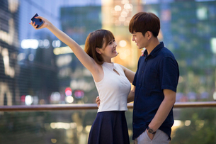 Happy young couple datingの写真素材 [FYI02227875]