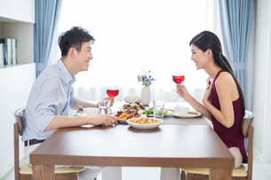 Romantic young couple dining at homeの写真素材 [FYI02227878]