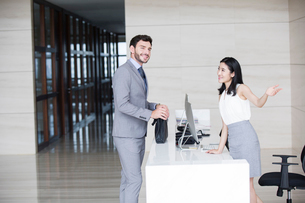Businessman talking with receptionistの写真素材 [FYI02227888]
