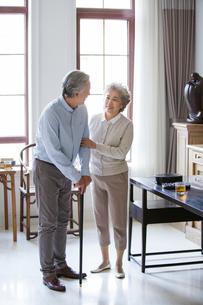 Senior woman taking care of husbandの写真素材 [FYI02227900]