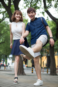 Happy young couple holding handsの写真素材 [FYI02227932]