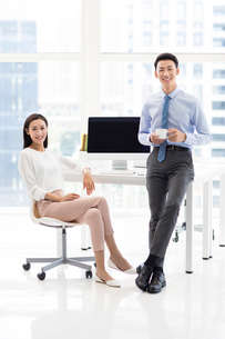 Young Chinese business people relaxing in officeの写真素材 [FYI02227933]