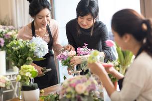 Young women learning flower arrangementの写真素材 [FYI02227938]