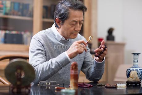 Senior man admiring antiquesの写真素材 [FYI02227941]