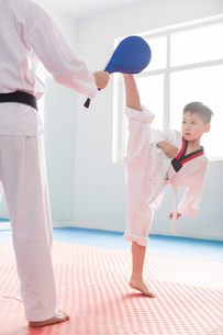 Young instructor teaching boy Tae Kwon Doの写真素材 [FYI02227963]
