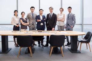 Portrait of business people in meeting roomの写真素材 [FYI02227990]