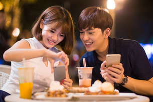 Happy young couple datingの写真素材 [FYI02228016]