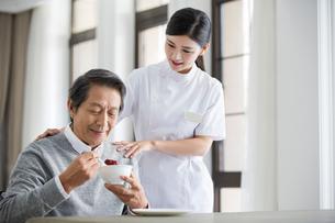 Nursing assistant taking care of senior manの写真素材 [FYI02228017]