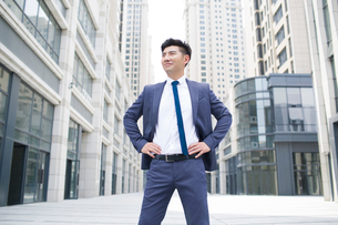Confident businessman looking at viewの写真素材 [FYI02228026]