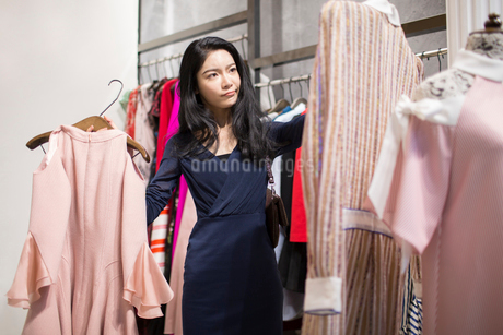 Young Chinese woman shopping in clothing storeの写真素材 [FYI02228094]