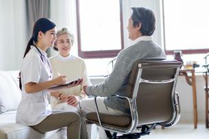 Nursing assistant taking care of senior manの写真素材 [FYI02228113]