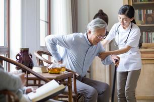 Nursing assistant taking care of senior manの写真素材 [FYI02228121]