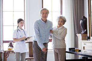 Nursing assistant and senior coupleの写真素材 [FYI02228143]