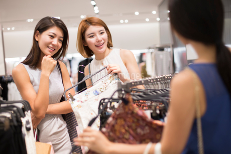Best female friends shopping in clothing storeの写真素材 [FYI02228153]
