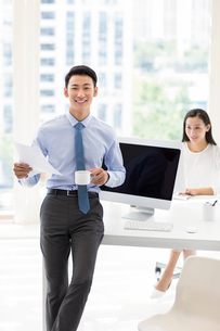 Confident Chinese business people working in officeの写真素材 [FYI02228162]