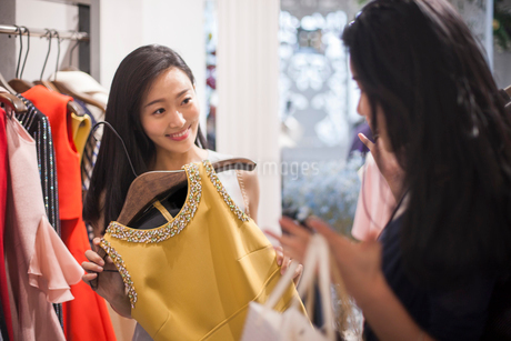 Best Chinese female friends shopping in clothing storeの写真素材 [FYI02228168]