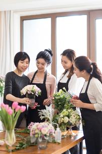 Young women learning flower arrangementの写真素材 [FYI02228181]