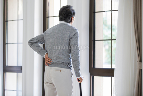 Senior man looking out windowの写真素材 [FYI02228190]