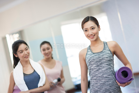 Young women with yoga mats at gymの写真素材 [FYI02228198]