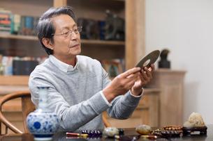 Senior man admiring antiquesの写真素材 [FYI02228200]