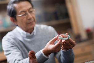 Senior man admiring antiquesの写真素材 [FYI02228209]