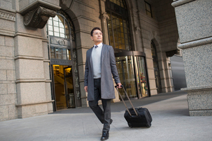 Confident Chinese businessman travellingの写真素材 [FYI02228213]